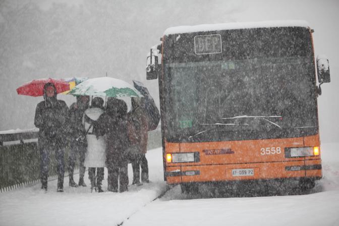 Viali, strade, autostrade: tutto fermo in città per una nevicata che dura sei ore e blocca completamente Firenze