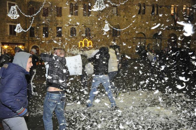 Battaglia Di Cuscini.La Battaglia Di Cuscini In Piazza Duomo Corrierefiorentino