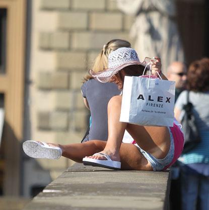 Dopo il bacio di Mike The Situation, ecco Deena, una delle ragazze «supercafone» che tenta l'impresa sulla spalletta dell'Arno, cosa vietatissima e pericolosa. (Foto Splash)