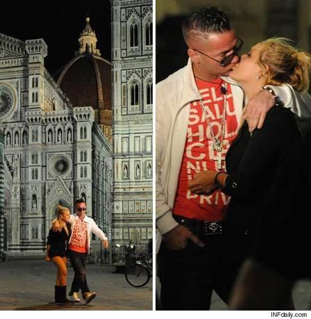 Un paparazzo statunitense ha beccato Mike The Situation Sorrentino in piazza Duomo, dopo una serata al Twice, con una misteriosa ragazza bionda (Foto tratta dal sito Tmz)