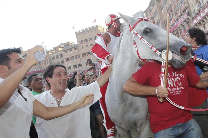 Con il cavallo Fedora Saura montato dal fantino Andrea Mari detto Brio. Contrada favorita, non vinceva da sette anni. Molte cadute durante la Carriera