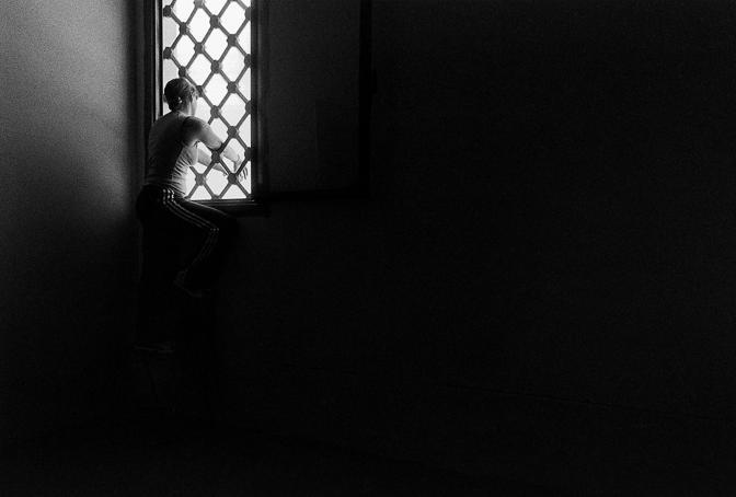 Il delicatissimo reportage fotografico nei carceri femminili di Firenze, Empoli e Pisa a cura del giovane Enrico Genovesi in mostra a Seravezza