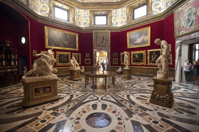 La sala ottagonale nella Galleria degli Uffizi è stata riaperta dopo un restauro di tre anni
