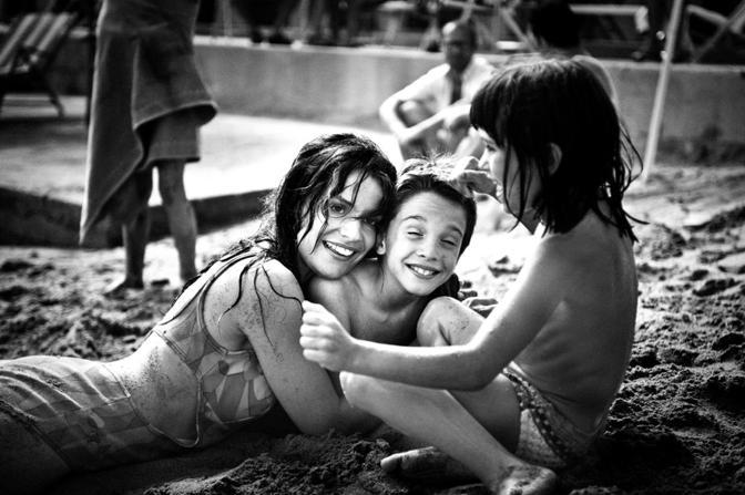 La prima cosa bella di Paolo Virzì (2010). Micaela Ramazzotti, Giacomo Bibbiani, Aurora Frasca [ph. Paolo Ciriello]