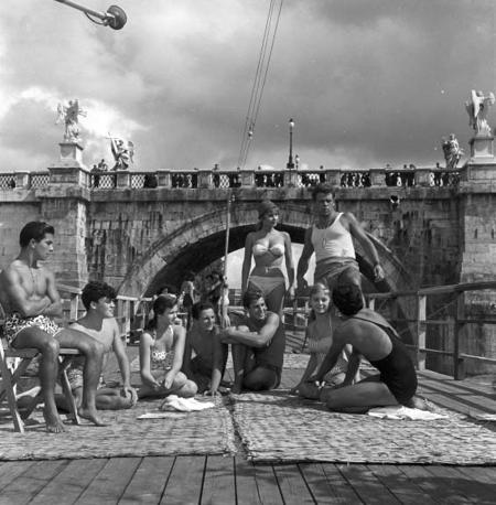 Poveri ma belli di Dino Risi (1956). Marisa Allasco, Renato Salvatori [ph. G.B. Poletto]