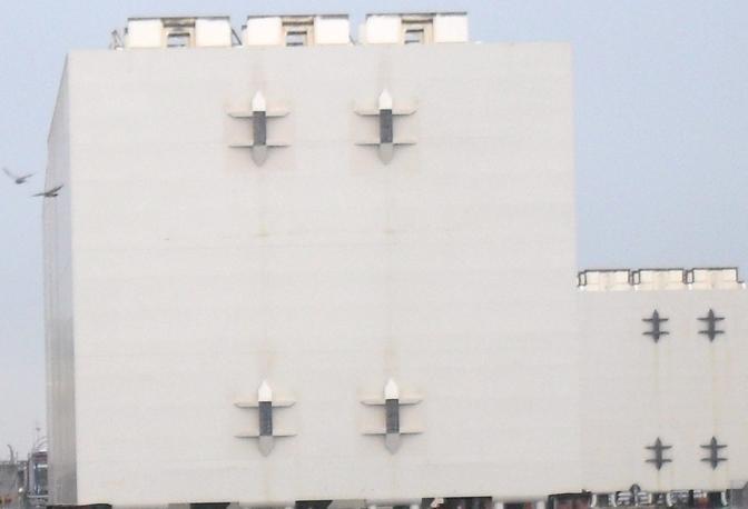 I primi cinque cassoni di acciaio che secondo il progetto di rimozione serviranno a raddrizzare lo scafo della Costa Concordia e riportarla al galleggiamento sono arrivati ieri nel porto di Livorno sulla chiatta Mak trainati da un rimorchiatore. I cinque cassoni, si chiamano «sponsons» in gergo tecnico, già scaricati sul piazzale di Unicoop sul canale industriale del porto in attesa che vi vengano saldati speciali anelli di acciaio, sono stati prodotti da Fincantieri Ancona. I tre più grandi pesano 500 tonnellate l'uno, hanno una lunghezza di 30 metri, un'altezza e una profondità di 11, mentre quelli più piccoli pesano 395 tonnellate ciascuno. Si tratta in tutto di una commessa di 30 cassoni di acciaio (da Livorno ne passeranno 26) dal peso totale di circa 11.500 tonnellate, realizzati da Fincantieri. Il progetto di rimozione del relitto di Costa Concordia prevede che i cassoni vengano installati sul lato emerso della nave e riempiti d'acqua gradualmente per agevolare il raddrizzamento della nave, che sarà effettuato con un sistema di martinetti chiamati «strand jack» fissati alla piattaforma subacquea di appoggio. Una volta raddrizzata la nave, saranno installati cassoni pieni d'acqua anche sull'altro lato della nave. I cassoni di entrambi i lati saranno quindi svuotati dall'acqua, in modo tale da riportare la nave a galleggiare, e consentirne il successivo traino di Enrico Paradisi