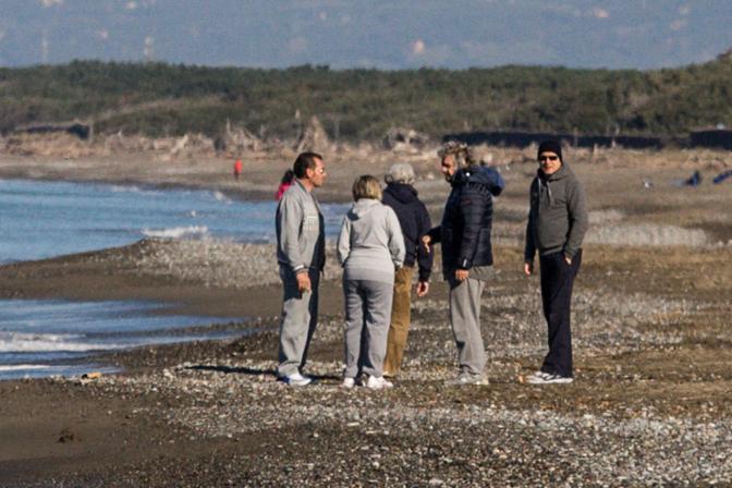 Ultima giornata di Grillo a Marina di Bibbona. Il leader del Movimento 5 Stelle ha fatto una corsa in spiaggia, inseguito da giornalisti e fotografi. Ma non ha mantenuto il suo silenzio, e la sua mise: cappuccio blu e occhialo. A metà pomeriggio Grillo ha lasciato la sua casa al mare a bordo di un'auto, probabilmente diretto a Roma per la convention degli eletti del suo movimento