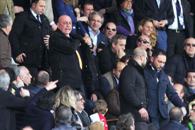 Adriano Galliani ha lasciato la tribuna Autorità dello stadio Franchi di Firenze dopo che il pubblico lo ha contestato a seguito dell'espulsione del viola Tomovic decisa dall'arbitro verso la fine del primo tempo per un fallo a metà campo. Mentre gli spettatori tifosi viola, protestando per il cartellino rosso, si sono rivolti anche contro l'Ad del Milan, lo stesso Galliani ha replicato applaudendo, finchè lo staff rossonero lo ha convinto a lasciare la tribuna. Il sindaco Matteo Renzi ha cercato di placare gli animi: si è alzato dal posto ed è andato a calmare un tifoso che sembrava volesse scavalcare la balaustra verso Galliani