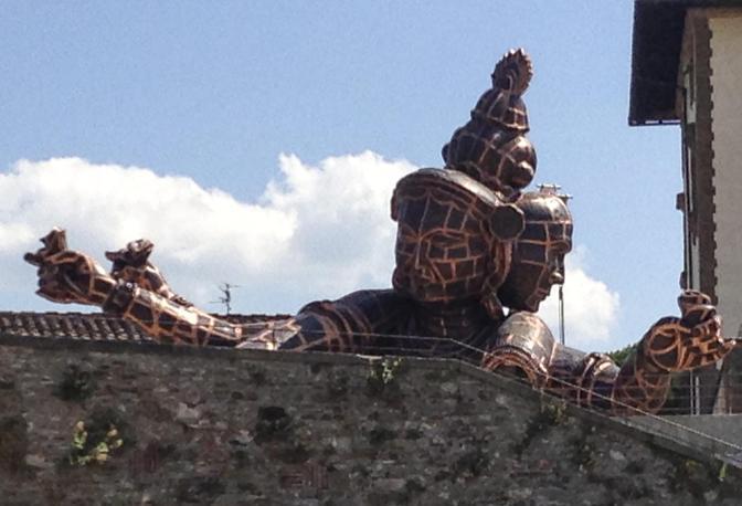 Riapre il Forte Belvedere, chiuso da cinque anni dopo il sequestro disposto dalla magistratura per le morti di due giovani, Luca Raso e Veronica Locatelli, precipitati dai suoi bastioni, e i lavori per la messa in sicurezza della fortezza, progettata da Bernardo Buontalenti e costruita nel 1590 in cima alla collina del giardino di Boboli. La riapertura, che avverrà alle 18 alla presenza del sindaco Matteo Renzi, si svolgerà in occasione dell'inaugurazione della mostra dell'artista cinese Zhang Huan 'L'anima e la materià. Forte ed esposizione saranno visitabili gratuitamente fino alle 21. Saranno inoltre ricordati Luca Raso e Veronica Locatelli, con l'omaggio di una giovane violinista, Cecilia Merli, del Conservatorio di Santa Cecilia di Roma, che suonerà un brano tratto da 'Thais' di Jules Massenet. Previsti anche un concerto del maestro Giuseppe Lanzetta con l'Orchestra da camera fiorentina e visite guidate del Forte con partenza ogni 15 minuti. Dal giorno successivo e fino al 13 ottobre il Forte sarà visitabile nell'orario della mostra dalle 10 alle 20. L'esposizione dello opere di Huan si terrà anche a Palazzo Vecchio (orario 9-24).