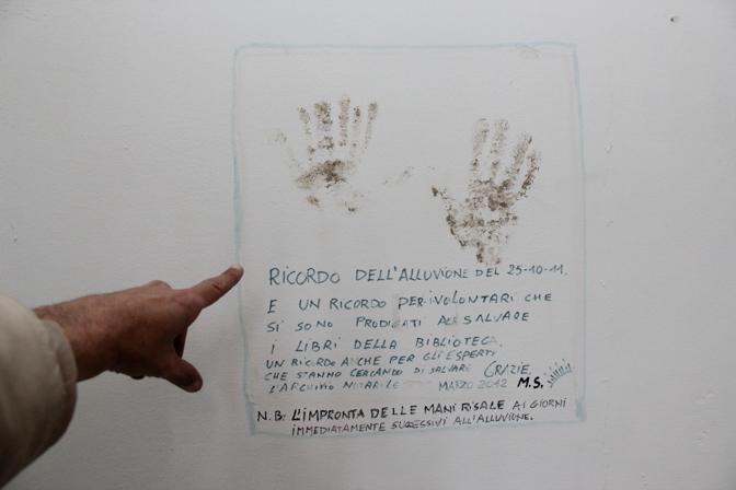 L'impronta delle due mani di fango lasciata dagli «angeli» di Aulla. In tanti sono arrivati per salvare i libri alluvionati
