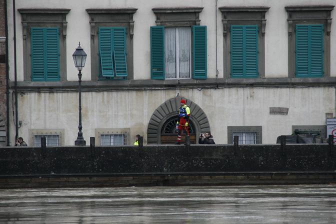 A Pisa si continua a seguire da vicino l'ondata di piena: per ora l'Arno scorre velocemente verso il mare e senza particolari intoppi. L'ondata di piena dell'Arno ha avuto una portata stimata tra i 2500 e i 3000 metri cubi al secondo come non accadeva da 20 anni. Lungo le sponde dell'Arno, nel centro storico di Pisa, sono state collocate le paratie per aumentare la protezione. A Pontedera è stato aperto anche il canale scolmatore per diminuire la portata dell'Arno nella sua corsa verso il mare.