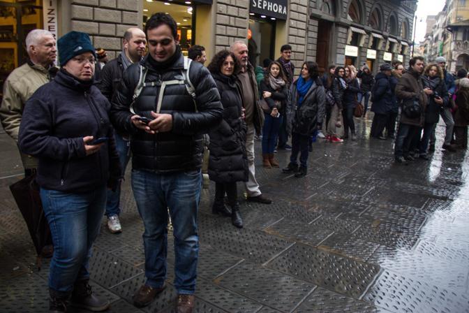 Folla di curiosi e giornalisti in via Martelli davanti alla sede del comitato elettorale del sindaco-segretario del Pd, Matteo Renzi