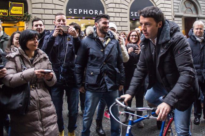 Renzi arriva in bicicletta ed entra subito in Palazzo Ruspoli