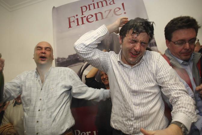 Una doccia di spumante per festeggiare la vittoria alle primarie per il sindaco di Firenze, nel suo comitato elettorale. Matteo Renzi sbaraglia i suoi avversari, sfidandoli nonostante gli inviti a non candidarsi, arrivati da più parti
