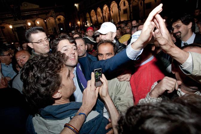 Dopo essere andato al ballottaggio, vince contro l'ex portiere Giovanni Galli, candidato del Pdl