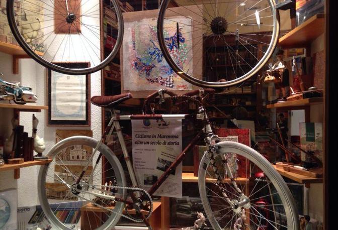 In un periodo in cui è la rottamazione ad andare di moda, c'è qualcuno che preferisce riciclare. E' così che una bici ridotta a ferro vecchio riprende forma e colore, a costo (quasi) zero .  L'idea è di un ventitreenne di Rispescia (Gr), Giacomo Daviddi, che si è inventato un hobby molto green: rimettere a nuovo biciclette che sarebbero da buttare via, non solo riparandole ma anche reinventandole in maniera creativa. Non si tratta, quindi, solo di lavar via la ruggine e riverniciarle: ogni oggetto da cestinare può diventare un pezzo da integrare.  Borchie, cuoio, pelle, pagine di giornale, tappi di bottiglia, strass: l'importante è che sia materiale riciclato e, soprattutto, che le spese di rimessa a nuovo siano ridotte al minimo. Il motivo? «Semplice. Il mio non è un lavoro. E' più che altro un passatempo –spiega Giacomo. Stresso amici, parenti e conoscenti per rimediare pezzi particolari su cui lavorare. In cambio offro un servizio, cercando di non rimetterci». Ovviamente i compratori –anche su commissione- non mancano, ma non sono una priorità. L'importante è realizzare qualcosa di originale: gli piace vedere le bici rinascere e, perchè no, stimolare i più pigri a sostituire l'accensione dell'auto con una sana pedalata.  L'idea è piaciuta nella sua zona, tanto da spingere il proprietario di uno storico negozio su corso Carducci, a Grosseto, a esporne una nella sua vetrina, in occasione di una manifestazione ciclistica maremmana (