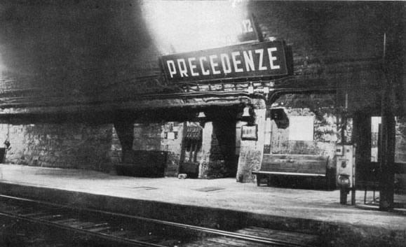 Rimane rara pur se non unica la stazione sotterranea, denominata Stazione di Precedenze e dismessa negli anni Sessanta per motivi di sicurezza e scarsità di traffico. Destinata principalmente al sorpasso dei convogli lenti, disponeva di due binari di precedenza lunghi 450 metri scavati in gallerie parallele al tunnel principale. Era comunque adibita anche al traffico passeggeri locale, collegata con l'esterno da due tunnel paralleli inclinati di 50 gradi, attrezzati con 1.863 gradini; percorrendolo si sbucava in località Ca' di Landino, borgo sito nel comune di Castiglione dei Pepoli, edificato ad hoc per accogliere gli operai addetti allo scavo. Attualmente viene usata come Posto di Comunicazione, ovvero solo per permettere ai treni di passare da un binario di corsa all'altro. La denominazione attuale è