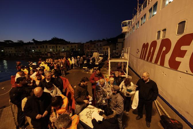 Nella notte i passeggeri vengono portati in salvo sull'isola del Giglio che da subito si prodiga per le prime cure fisiche e psicologiche dei naufraghi