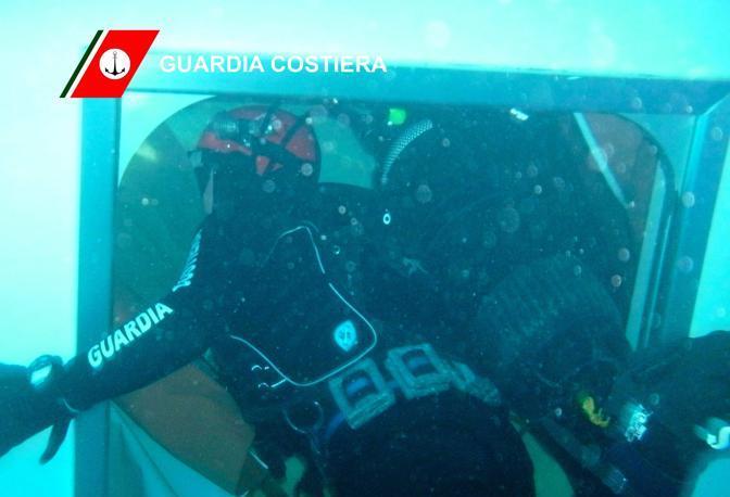 Nei giorni successivi, cominciano le prime immersioni dei sub alla ricerca dei corpi dei dispersi
