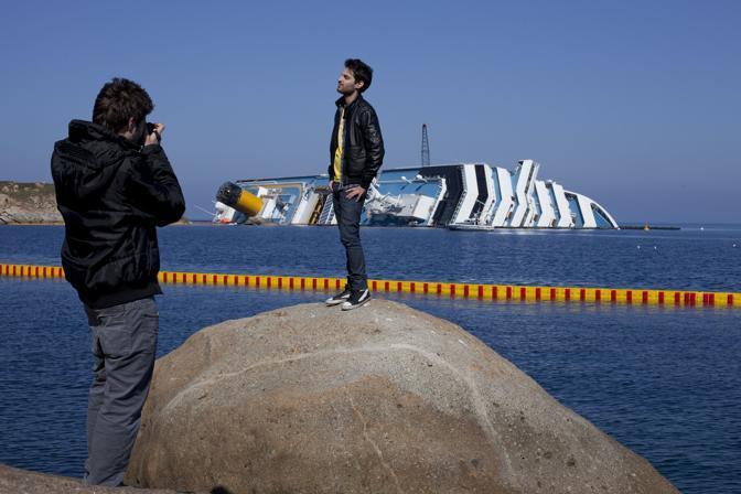 L'isola del Giglio viene presa d'assalto dai curiosi che vogliono vedere la Concordia e farsi una fotografia
