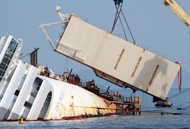 A luglio 2014, 30 mesi dopo il naufragio, la nave torna a galla. Il 14 luglio cominciano le operazioni di rigalleggiamento: pian piano emergono i ponti sommersi, la prua e la poppa. Si teme per l'inquinamento ma per ora non ci sono stati sversamenti preoccupanti. La partenza verso il porto di Genova era prevista per lunedì 21 ma a causa del vento forte che ha fatto sospendere i lavori più volte, l'ultimo viaggio della Concordia è slittato a martedì 22 luglio