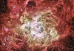 Più luminose del Sole - Centinaia di stelle più massicce e luminose del Sole illuminano i filamenti del bozzolo gassoso che le ha generate. È NGC604, il secondo ammasso stellare per luminosità presente nel Gruppo Locale, che contiene circa 50 galassie fra cui la nostra, Andromeda e M33. La luminosità intrinseca di questo ammasso è pari a quella di un'intera piccola galassia, cioè a 4 miliardi di stelle come il Sole messe insieme in uno spazio di soli 1.300 anni luce. I super ammassi non nascono necessariamente in super galassie: questo risiede in M33, galassia meno massiccia e luminosa di Andromeda e della nostra.