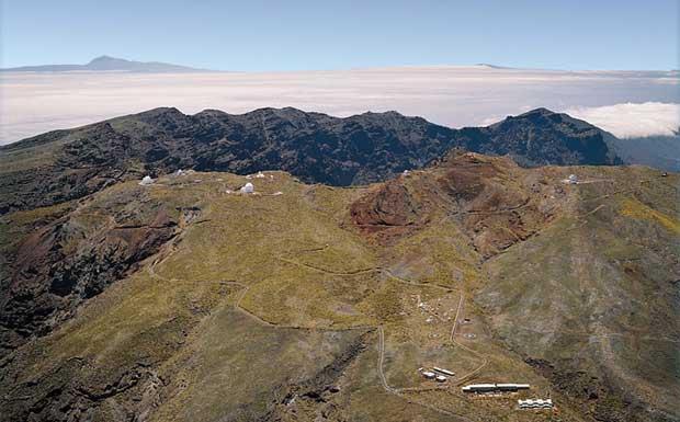 Il cielo alle Canarie - Suggeriamo a chi ha in programma un viaggio alle Isole Canarie di includere nell'itinerario anche una visita all'Osservatorio del Roque del Los Muchachos, sull'isola di La Palma. L'Osservatorio, mostrato nella foto, ha un'estensione di oltre due chilometri quadrati e si trova a un'altitudine di 2.400 metri, sulla parte più alta della caldera del vulcano Taburiente. L'immagine mostra i molti telescopi che costituiscono l'Osservatorio, fra cui il Telescopio Nazionale Galileo, interamente italiano, e il Gran Telescopio de Canarias che, con un diametro di dieci metri, è uno dei più grandi al mondo. (Sofia Randich  Credito: IAC) GUARDA LE IMMAGINI SUL SITO DELL'OSSERVATORIO DI ARCETRI