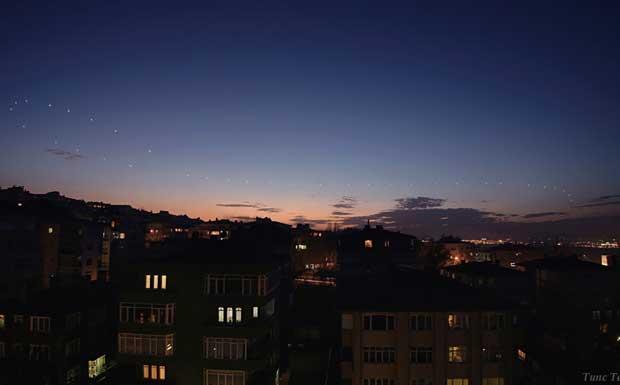 Il fiocco di Venere - Venere è stata qui fotografata in 38 diverse notti fra 2005 e 2006, nel cielo di Bursa in Turchia, nel periodo in cui il pianeta era visibile al tramonto. Tutte le immagini sono state riprese quando il Sole era 7 gradi sotto l'orizzonte. I punti che rappresentano il pianeta sono confusi dalla luminosità del tramonto, ma con un po' di sforzo si può vedere il bel fiocco che Venere descrive attorno al Sole. Il fiocco è dovuto alla composizione del moto della Terra e di Venere attorno al Sole. Essendo l'orbita di Venere interna a quella della Terra, il pianeta sarà sempre non troppo discosto dal Sole. (Marcello Felli Crediti: Tunc Tezel) GUARDA LE IMMAGINI SUL SITO DELL'OSSERVATORIO DI ARCETRI