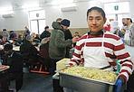 Cinesi in mensa - A Prato, nell'ambito dei festeggiamenti per il capodanno cinese (26 gennaio), alcuni ragazzi che fanno parte della seconda generazione cinese, nata e cresciuta a Prato, ha cucinato e servito il pranzo alla mensa dei poveri La Pira. Menù: riso alla cantonese e involtini primavera