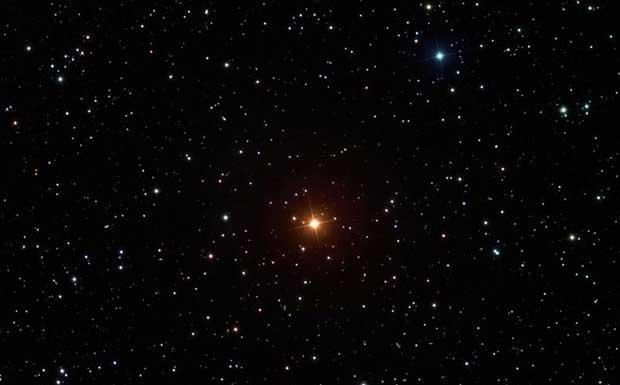 La stella Superba  - Il colore molto rosso e le caratteristiche dello spettro elettromagnetico valsero alla stella Y Canum Venaticorum il nome «La Superba» da parte di Angelo Secchi. A 710 anni luce nella costellazione del Canes Venaticis, la si può vedere con un buon binocolo da fine inverno e per tutta la primavera. La superba è una stella al carbonio. Il colore non è solo dovuto alla temperatura fredda: le numerose molecole contenenti carbonio presenti nell'atmosfera della stella assorbono la radiazione a lunghezze d'onda blu, facendola apparire molto rossa. (Sofia Randich. Crediti: Noel Carboni, Greg Parker, New Forest Observatory) GUARDA LE IMMAGINI SUL SITO DELL'OSSERVATORIO DI ARCETRI