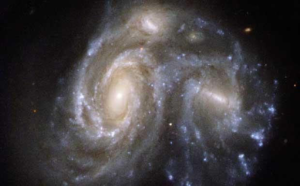 Abbraccio stellare - E' molto probabile che la nostra galassia fra circa tre miliardi di anni abbraccerà la sua grande sorella, la galassia di Andromeda, come stanno facendo queste due galassie a spirale nella foto. La galassia di Andromeda e la nostra sono così vicine e massicce da sentire l'attrazione reciproca e muoversi l'una verso l'altra. Fra qualche miliardo di anni gli abitanti della Terra vedranno Andromeda molto più grande. Poi il cielo cambierà aspetto perchè le stelle della nostra galassia incroceranno quelle di Andromeda. Da questo abbraccio nascerà un'unica grande galassia. (Edvige Corbelli Credito: Hubble Space Telescope) GUARDA LE IMMAGINI SUL SITO DELL'OSSERVATORIO DI ARCETRI