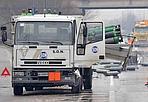 Bombole in Fi-Pi-Li - Il tratto di  superstrada compreso tra gli svincoli in uscita e in entrata di  Santa Croce sull'Arno (Pisa), in direzione del litorale, è  chiuso per circa un'ora questa mattina a causa della perdita del  carico da parte di un furgone che trasportava una trentina  bombole di 'argò, un gas inerte usato per le saldature.  Il veicolo è rimasto coinvolto in uno scontro con un altro  furgone e il liquido si è sparso sull'asfalto non rendendo  sicura la circolazione.