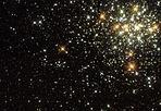 Pioggia di stelle - Gli ammassi globulari, concentrazioni di centinaia di migliaia di stelle, sono gli oggetti più vecchi della Via Lattea, formatisi durante la formazione della Galassia stessa. La loro età (12-13 miliardi di anni) permette di porre un limite all'età dell'Universo. Se nella nostra galassia non si formano nuovi ammassi, ciò non è vero nella Grande Nube di Magellano. La foto mostra le migliaia di stelle simili al Sole e più calde che compongono l'ammasso NGC1818. Studi hanno mostrato che l'ammasso si è formato 40 milioni di anni fa, praticamente ieri rispetto all'epoca di formazione degli ammassi galattici. (Sofia Randich  Crediti: HST, NASA, Diedre Hunter) GUARDA LE IMMAGINI SUL SITO DELL'OSSERVATORIO DI ARCETRI