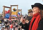 Stefania al Carnevale - Folla da grandi occasioni quella  che con Marcello Lippi e Stefania Sandrelli ospiti d'onore  salutati nella sede della Fondazione del Carnevale, e l'attrice  poi protagonista anche sulla tribuna in passeggiata, ha visto,  a Viareggio, sfilare i carri del Carnevale per il  terzo corso mascherato, complice una bella giornata di sole. La politica quest'anno è tornata protagonista sui carri: da  Giulio Andreotti a Silvio Berlusconi, dai dirigenti del Pd a  molti ministri fino a Bruno Vespa, ma molto applauditi sono  anche quelli dedicati a Barak Obama, alla crisi economica e  all'immigrazione. Le opere dei maestri della cartapesta hanno  compiuto due giri del percorso di 2 chilometri e mezzo. Oltre ai  sette carri di prima categoria, tra i quali domenica 1 marzo, al  termine dell'ultimo corso, verrà scelto il vincitore  dell'edizione 2009, sul lungomare hanno sfilato i quattro carri di seconda categoria, le nove mascherate di  gruppo, le 13 maschere singole e altre quattro maestose  costruzioni fuori concorso.