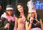 Notte in maschera - Ha scelto il tema «Moulin Rouge» Roberto Cavalli che ieri ha organizzato la più esclusiva delle feste di Carnevale. Nel Cavalli club di piazza del Carmine tutto era in perfetto stile francese, dalle cameriere all'ambientazione. E naturalmente i prestigiosi ospiti. Martedì grasso coi fiocchi anche alla Flog dove la serata è stata dedicata al Grande Lebowsky dei fratelli Coen. E poi maschere al Rifrullo e al Lochness Lounge.