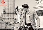 Più bici, più baci - «Più bici, più baci» e «Esci  dalla scatola»: questi gli slogan della campagna del Comune di  Firenze per promuovere l'uso della bici per spostarsi in città e uscire dall' idea di usare sempre l'auto. I grandi  manifesti, 6x3, saranno visibili fino a metà maggio. Inoltre  gonfaloni, manifesti, 20mila depliant e 500mila biglietti Ataf  sono già in distribuzioni con le immagini della campagna. Il  costo della campagna, spiega Palazzo Vecchio, è di 36mila euro,  di cui 20mila arrivano dai fondi regionali sull'inquinamento, il  resto dal settore comunicazione del Comune. «Firenze è ciclabile - ha detto l'assessore  all'ambiente Claudio Del Lungo presentando la campagna insieme  alle associazioni Città ciclabile, Firenze In Bici- e lo può  diventare ancora di più. Sono infatti circa 28mila i fiorentini  che usano la bici per spostarsi. Non solo. Fra quelle realizzate  e quelle che termineremo entro il 2009 si arriva a 63 km di  piste ciclabili. Anche le rastrelliere sono raddoppiate e  l'arrivo del bike sharing contribuirà ancora di più a fare  della bici un mezzo comodo da utilizzare».