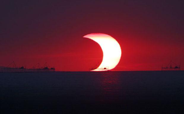 Il rosso e il nero - Il 26 di gennaio 2009 si è verificata un'eclisse di Sole, non visibile dall'Italia ma solo dall'Africa, Australia e Asia, e in modo parziale. La fascia di totalità era nell'Oceano Indiano. La bella immagine mostrata è stata ripresa mentre il Sole tramontava sulla baia di Manila nelle Filippine. All'orizzonte si vedono alcuni moli.