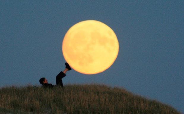 Un calcio all'inverno  - Oggi il Sole e la Luna si trovano opposti nel cielo, con la Terra in mezzo. La Luna splende quindi piena e luminosa nel cielo dal tramonto all'alba. Il plenilunio di Quaresima ci ricorda che manca circa un mese alla Pasqua. E' l'ultima Luna piena invernale: tra dieci giorni il Sole farà il suo ingresso nel segno dell'Ariete e darà ufficialmente inizio alla primavera. Prepariamoci quindi, come la foto scherzosamente ci suggerisce, a dare un calcio all'inverno e unirci al rinnovamento ciclico del cosmo «con miglior corso e con migliore stella», come avrebbe detto Dante. (Daniele Galli Crediti: D. Laveder) GUARDA LE IMMAGINI SUL SITO DELL'OSSERVATORIO DI ARCETRI