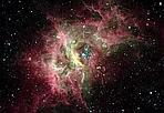 Polvere di stelle - Questa foto confronta l'aspetto ottico e quello infrarosso della nebulosa RCW49, una nube gigante di gas e polvere in cui si stanno formando nuove stelle, distante 5.400 anni luce e nella direzione costellazione del Sagittario. Con le osservazioni del Telescopio Spaziale Spitzer in questa nube sono state scoperte significative quantità di materiale organico ghiacciato, posto nei dischi di polvere che circondano stelle appena formate. I dischi a loro volta possono dare luogo alla formazione di pianeti. Questo materiale, se posto su pianeti a distanza opportuna dalla stella centrale, può dare origine alla vita. (Marcello Felli  Crediti: GLIMPSE, Spitzer Spaec ) GUARDA LE IMMAGINI SUL SITO DELL'OSSERVATORIO DI ARCETRI