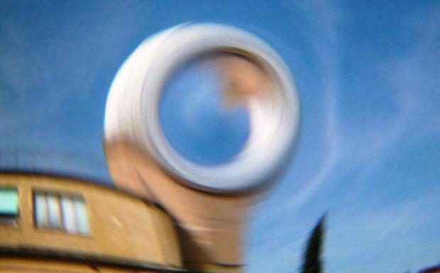 La luce come pennello - Oggi Albert Einstein compirebbe 130 anni. Vogliamo ricordarlo illustrando una delle sue più straordinarie intuizioni: la deflessione della luce prodotta dalla materia, anzi, dal campo gravitazionale da essa prodotto. Perchè l'effetto si veda, occorrono corpi di massa «astronomica», come il Sole o le galassie, che agiscono come lenti gravitazionali. La foto mostra la distorsione prodotta da una immaginaria galassia puntiforme posta davanti ad una delle cupole dell'Osservatorio di Arcetri. Gli astronomi utilizzano le lenti gravitazionali nell'Universo per studiare la «materia oscura». (Daniele Galli Crediti: P. Stefanini) GUARDA LE IMMAGINI SUL SITO DELL'OSSERVATORIO DI ARCETRI