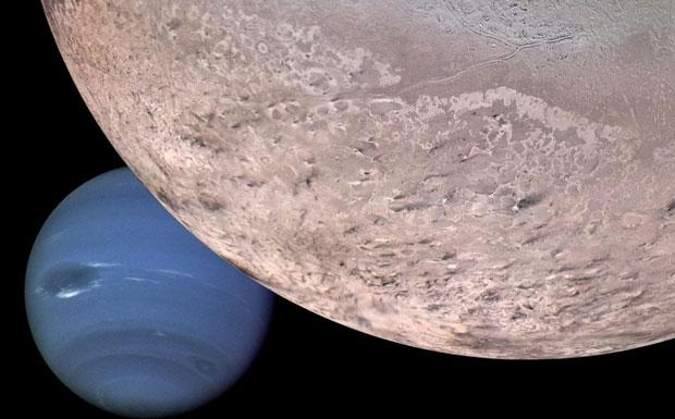 Nettuno & Tritone - Fotomontaggio di Nettuno sullo sfondo di Tritone, uno dei suoi più grandi satelliti. Questo è quanto apparirebbe ad una sonda spaziale in avvicinamento a Nettuno con un passaggio ravvicinato su Tritone. In primo piano è visibile il polo Sud del satellite con segni di erosione. La superficie è costituita da azoto ghiacciato, con tracce di metano, anidride carbonica e ossido di carbonio. Dato che Tritone nella sua orbita attorno al pianeta rimane per decenni col polo sud in direzione del Sole, la radiazione solare sublima la superficie, erodendola e producendo una tenue atmosfera sul satellite. (Gian Paolo Tozzi Crediti: NASA/JPL)