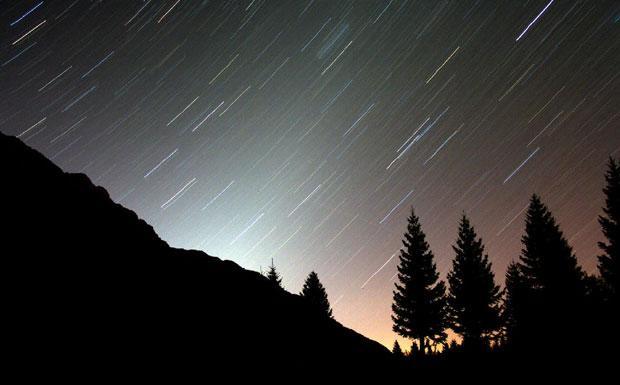 Le luci dell'oroscopo  - La luce zodiacale è una debole luminosità lungo l'Eclittica (il percorso annuo del Sole sulla Sfera Celeste) ed è dovuta alla riflessione della luce solare da parte di particelle di polvere presenti sul piano del Sistema Solare. Per vederla bisogna osservare verso occidente quando le luci del tramonto sono completamente scomparse. E' così debole che non si può vedere se la Luna o Venere sono presenti in cielo. Questa foto è stata ripresa a circa 1.500 metri di quota dall'altipiano del Montasio (Udine). Le tracce delle stelle indicano che c'è voluto un lungo tempo di posa per rivelarne la debole luminosità. (Marcello Felli  Crediti: Mauro Zorzenon, Circolo Astrofili Talmassons) GUARDA LE IMMAGINI SUL SITO DELL'OSSERVATORIO DI ARCETRI