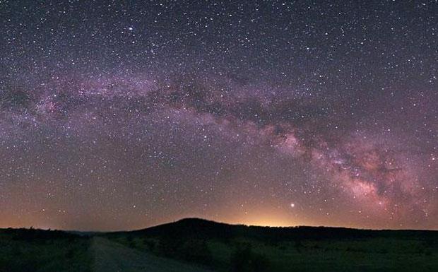 La via Lattea splende - Per ottenere una fotografia così nitida della Via Lattea è necessario avere a disposizione un cielo particolarmente buio e lontano dalle luci cittadine,  come quello dell'altopiano di Tasliyayla a sud di Bolu in Turchia o forse come quello che aveva Galileo al suo tempo. Per dirla come Galileo: «E' infatti la Galassia niente altro che una congerie di innumerevoli stelle disseminate a mucchi; chè in qualunque regione di essa si diriga il cannocchiale, subito una  ingente folla di Stelle si presenta alla vista, delle quali parecchie si vedono abbastanza grandi e molto distinte, ma la moltitudine delle piccole è del tutto inesplorabile» (Sidereus Nuncius, 43) (Marcello Felli Crediti: Tunc Tezel, TWAN) GUARDA LE IMMAGINI SUL SITO DELL'OSSERVATORIO  DI ARCETRI