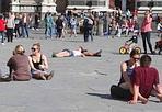 E' primavera! - Finalmente il bel tempo sembra essere definitivamente arrivato. Piazza Santa croce, invasa da turisti, scolaresche e fiorentini, diventa quasi una spiaggia. In molti infatti, si tolgono le giacche e si godono il primo vero sole di primavera