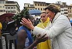 Dominio keniano - Dominio keniano alla 27/a Vivicittà Firenze Half Marathon, organizzata dalla Uisp in collaborazione con il Comune di Firenze, che ha incoronato, fra gli uomini, Julius Kipkurgat Too, al terzo successo consecutivo in piazza Santa Croce, e Salina Jebet fra le donne. La classica fiorentina, accompagnata quest'anno da pioggia e gelide folate di vento, ha preso il via alle 9,30, con lo start ufficiale affidato al sindaco Matteo Renzi e all'assessore comunale all'educazione Rosa Maria Di Giorgi, con 1.368 iscritti alla mezza maratona agonistica, seguiti dai 950 partecipanti alla 10 chilometri non competitiva e da circa 400 bambini della 'Tommasino run' di un chilometro.