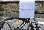 Attenti alle bici! - Sulla rastrelliera di piazza Signoria, da ieri compare un avvertimento: Dal 28 aprile le rastrelliere verranno rimosse e con esse le biciclette parcheggiate... ciclisti, attenzione!