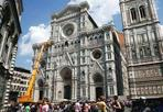 Pulizia al Duomo - Fa impressione vedere grandi gru intorno al Duomo. Ma si tratta della pulizia ordinaria e della manutenzione fatta da operai specializzati