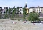 Tutti al mare!! - ... anche se la spiaggia non è propriamente quella della costa o di Viareggio. Siamo in riva all'Arno, sotto San Niccolò, ma il sole e il caldo hanno invogliato turisti e cittadini a prendere il primo sole