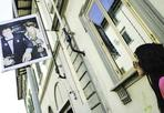 No allo spot - Rimuovere dalle strade di Firenze i cartelloni pubblicitari di una nota marca di abbigliamento, (la Sisley, ndr) perchè improntati ad uno stile di comunicazione che «rischia di convincere giovani e giovanissimi ad eccedere nel consumo di alcolici». È quanto chiede, in una nota diffusa da Palazzo Vecchio, l'assessore all'Istruzione del Comune di Firenze, Rosa Maria Di Giorgi, in riferimento a spot di un brand internazionale di vestiario per giovani nei quali sono visibili ragazzi e ragazze intorno a grossi boccali di birra, o ritratti in «atteggiamenti - spiega l'assessore - di esplicito richiamo sessuale».  Così - dichiara nel comunicato Di Giorgi, «si lanciano messaggi diseducativi e pericolosi»