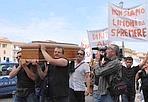 Il funerale del commercio - Oltre cento commercianti del centro storico di Pisa hanno sfilato in corteo in centro dietro a un carro funebre che trasportava una bara per simboleggiare la 'morte del commerciò. La manifestazione, promossa da Confcommercio, era stata decisa per dire no al provvedimento di chiusura serale al traffico dei Lungarni. Slogan contro il sindaco e l'assessore al commercio sono stati ripetutamente scanditi dai manifestanti che indossavano anche una maglietta nera mentre manifesti funebri erano esposti nelle vetrine di alcuni negozi.